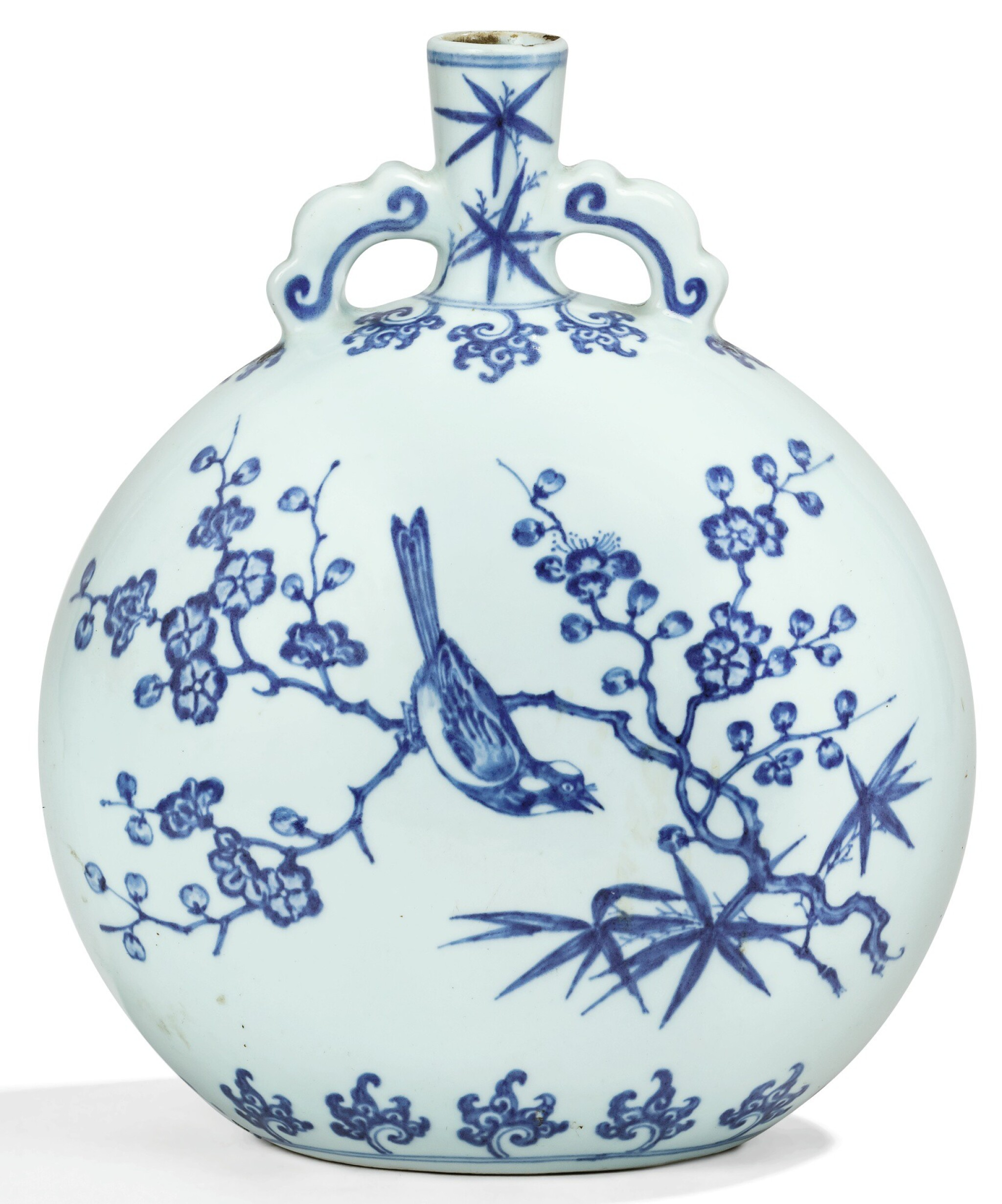 View 1 of Lot 9. RARE GOURDE EN PORCELAINE BLEU BLANC DYNASTIE QING, ÉPOQUE YONGZHENG | 清雍正 青花喜鵲登梅抱月瓶 | A rare Ming-Style blue and white moonflask, Qing Dynasty, Yongzheng period.