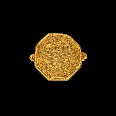View 1. Thumbnail of Lot 1035. A gold hexagonal ring with Islamic script Mughal Shah Jahan I, dated regnal year 16, A.H. 1053, corresponding to 1643-1644 minted at the city of Akbarabad (near Agra), 19th-century setting or earlier   刻伊斯蘭文六角金戒指 莫臥兒沙賈汗一世十六年 回曆1053年(公元1643-1644年)於阿克巴拉巴德市鑄造 配十九世紀或更早鑲座.