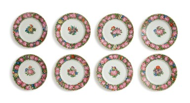 A SET OF EIGHT NYMPHENBURG DINNER PLATES, EARLY 20TH CENTURY