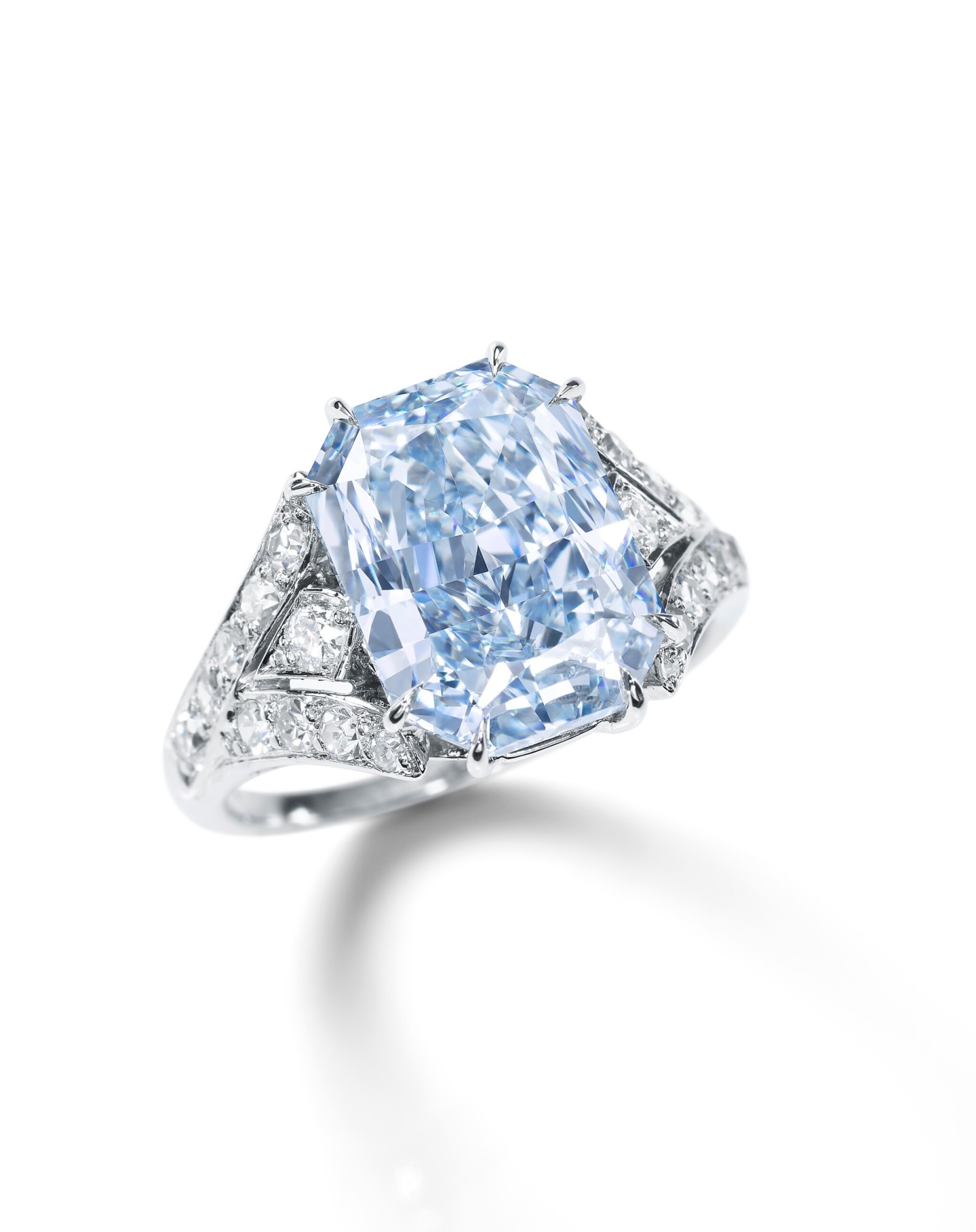 View full screen - View 1 of Lot 1752. FANCY INTENSE BLUE DIAMOND AND DIAMOND RING, MOUNT BY CARTIER | 極其重要 5.22卡拉 濃彩藍色 內部無瑕(IF)鑽石 配 鑽石 戒指, 卡地亞戒台.