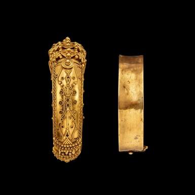 View 5. Thumbnail of Lot 1033. A gold 'pagoda' bracelet South India, 19th century | 十九世紀 南印度 金手鐲一組兩件.