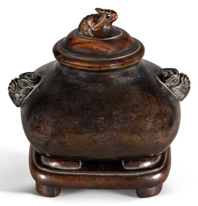 A SMALL BRONZE CENSER 17TH/18TH CENTURY   十七/十八世紀 銅獸耳方爐