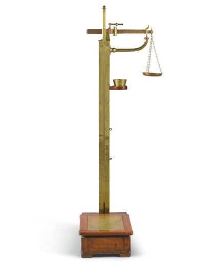 A SET OF VICTORIAN BRASS AND MAHOGANY WEIGHING SCALES BY AVERY OF BIRMINGHAM, LATE 19TH CENTURY