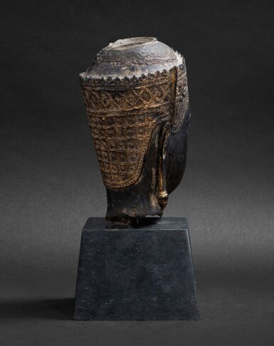 View 3. Thumbnail of Lot 98. Tête en bronze doré Thaïlande, style Ayutthaya, XVIE-XVIIE siècle | 暹邏 十六至十七世紀 銅阿瑜陀耶式佛首 | A gilt-bronze head, Thailand, Ayutthaya style, 16th-17th century.