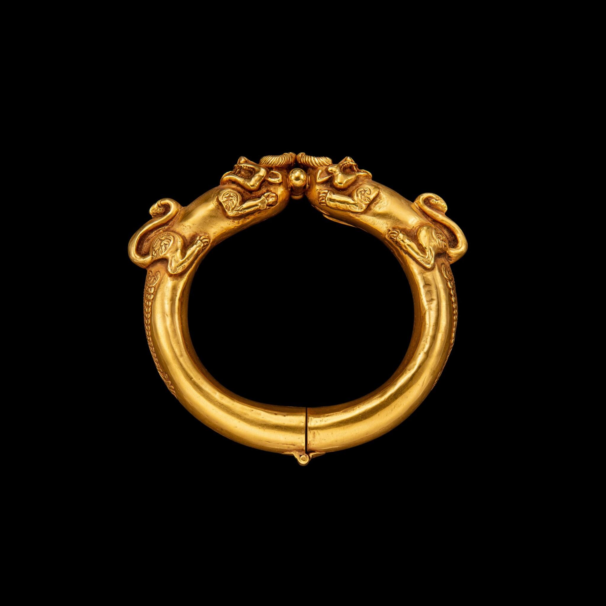 View full screen - View 1 of Lot 1030. A gold 'mythical beast' bangle Possibly Sumatra, Indonesian archipelago, 19th century | 十九世紀 或印尼群島蘇門答臘 雙獸首金鐲.