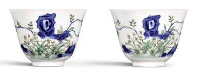 A PAIR OF FAMILLE-VERTE 'NARCISSUS' CUPS, LATE QING DYNASTY | 晚清 五彩水仙花紋盃一對
