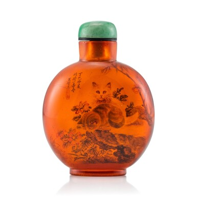 View 1. Thumbnail of Lot 3029. An Inside-Painted Amber 'Cats' Snuff Bottle By Wang Xisan, Dated Dingsi Year, Corresponding to 1977 | 丁巳(1977年) 王習三作琥珀內畫耄耋圖鼻煙壺 《丁巳仲夏作於一壺齋王習三》款.