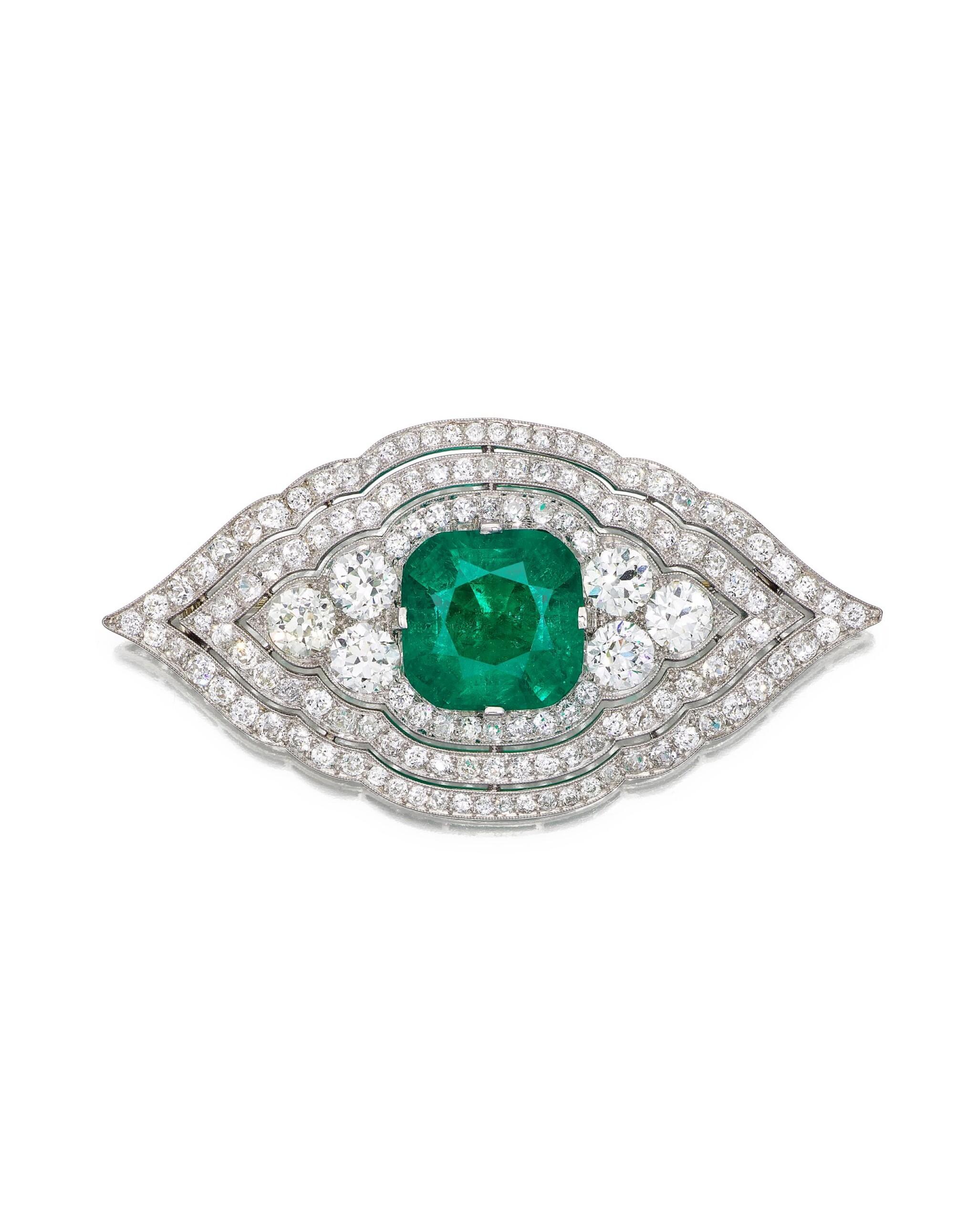View 1 of Lot 1652. CARTIER | ART DECO EMERALD AND DIAMOND BROOCH| 卡地亞 | Art Deco 11.13卡拉「哥倫比亞」無油祖母綠 配 鑽石 胸針.