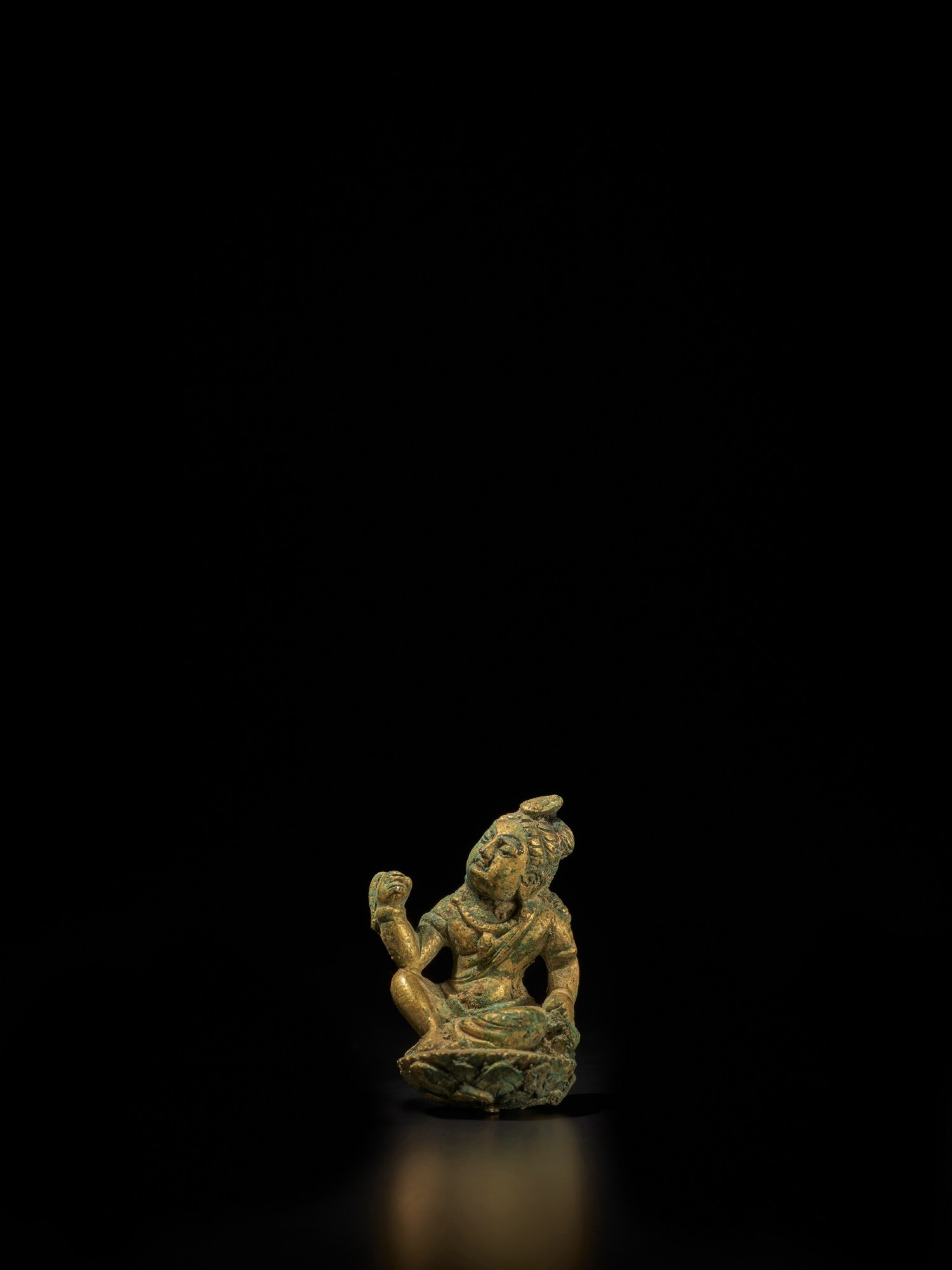 View full screen - View 1 of Lot 104. A small gilt-bronze figure of a bodhisattva, Tang dynasty | 唐 銅鎏金袖珍菩薩坐像.