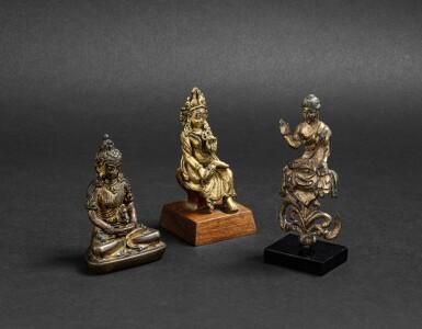 View 2. Thumbnail of Lot 31. Trois divinités en bronze et bronze doré Dynastie Qing et antérieure | 清及更早期 鎏金銅佛坐像 一組三尊 | A miniature bronze Amitayus, a Bodhisattva and a seated Buddha, Qing Dynasty and earlier.