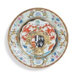 A CHINESE EXPORT ARMORIAL PLATE, QING DYNASTY, QIANLONG PERIOD, CIRCA 1743   清乾隆 約1743年 粉彩紋章圖盤