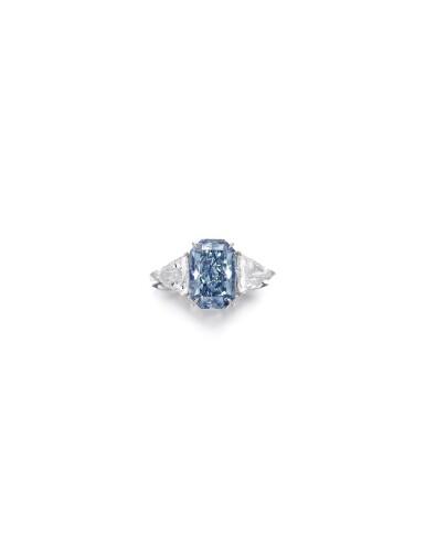 View 2. Thumbnail of Lot 1637. FANCY DARK GREY-BLUE DIAMOND AND DIAMOND RING3.88卡拉 暗彩灰藍色 鑽石 配 鑽石 戒指.