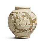 A 'Cizhou' sgraffiato 'floral' ovoid vase, Jin dynasty | 金 磁州窰白釉剔花罐