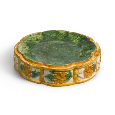 View 2. Thumbnail of Lot 233. A RARE SANCAI-GLAZED OCTAFOIL STACKING DISH, LATE TANG DYNASTY | 晚唐 三彩模印花口套盤.