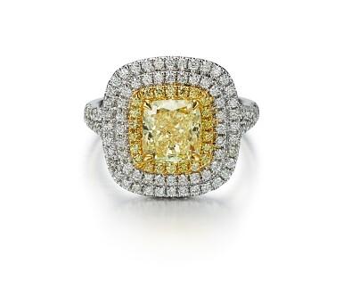 FANCY YELLOW DIAMOND AND DIAMOND RING   2.01卡拉 古墊形 彩黃色 SI2淨度 鑚石 配 鑚石 戒指