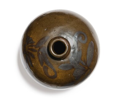 View 5. Thumbnail of Lot 108. An iron-brown-decorated teadust-glazed vase, Jin dynasty | 金 茶葉末釉鐵鏽花紋小口瓶.