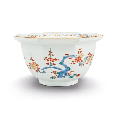 A JAPANESE KAKIEMON OCTAGONAL BOWL EDO PERIOD, LATE 17TH CENTURY | 柿右衛門 色絵八角鉢、江戸時代、17世紀後期