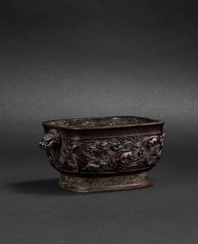 View 2. Thumbnail of Lot 108. Brûle-parfum rectangulaire en bronze Dynastie Ming, XVIIE siècle   明十七世紀 銅海獸紋長方熏爐連座 《大明宣德年制》仿款   A bronze archaistic incense burner and an archaistic bronze stand, Ming dynasty, 17th century .