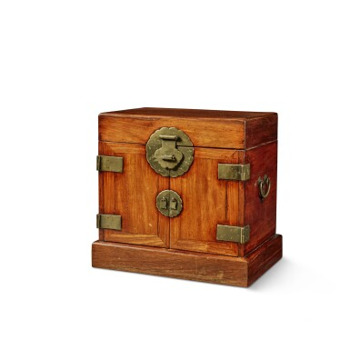 View 3. Thumbnail of Lot 114. A large 'huanghuali' table-top cabinet (Guanpixiang), Qing dynasty, 18th / 19th century | 清十八 / 十九世紀 黃花梨大官皮箱.