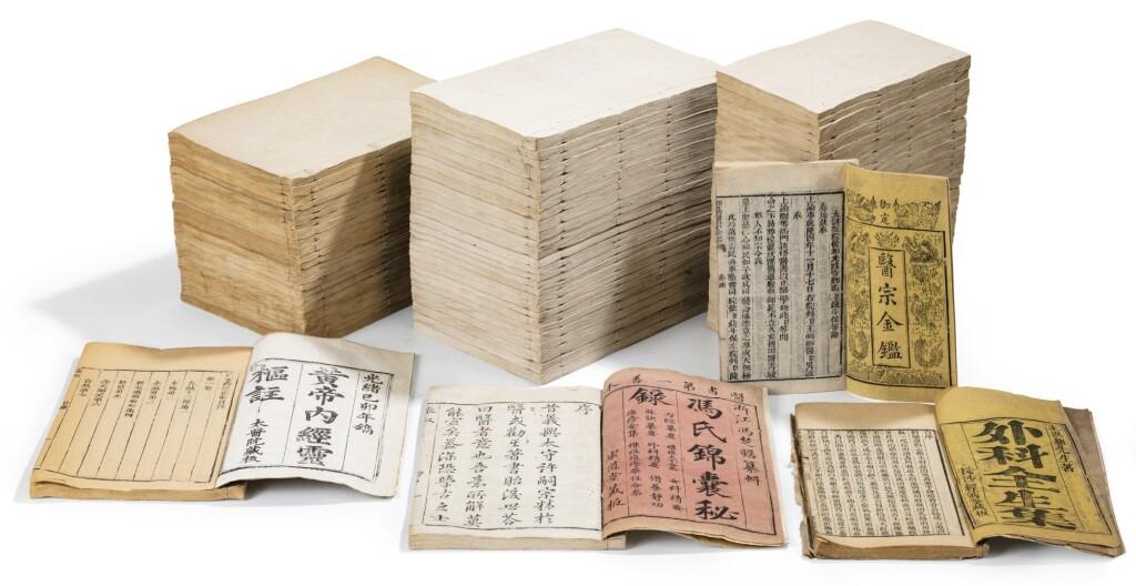 ENSEMBLE DE QUATRE OUVRAGES DÉDIÉS À LA MÉDECINE CHINOISE DYNASTIE QING | 《外科全生集》, 《馮氏錦囊秘錄》,《黃帝內經靈樞註》及《醫宗金鑑》 | A group of four books on Chinese medicine, Qing Dynasty