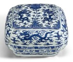 A BLUE AND WHITE 'DRAGON' BOX AND A COVER THE COVER WANLI PERIOD, THE BOX 19TH CENTURY | 明萬曆 青花雙龍拱壽紋蓋 及 清十九世紀青花雲龍趕珠紋盒
