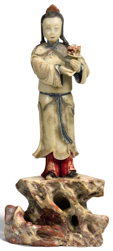 A LARGE SOAPSTONE FIGURE OF AN IMMORTAL QING DYNASTY, 17/18TH CENTURY | 清十七/十八世紀 壽山石神仙立像