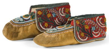 A PAIR OF NORTHEASTERN BEADED HIDE AND FELT MOCCASINS