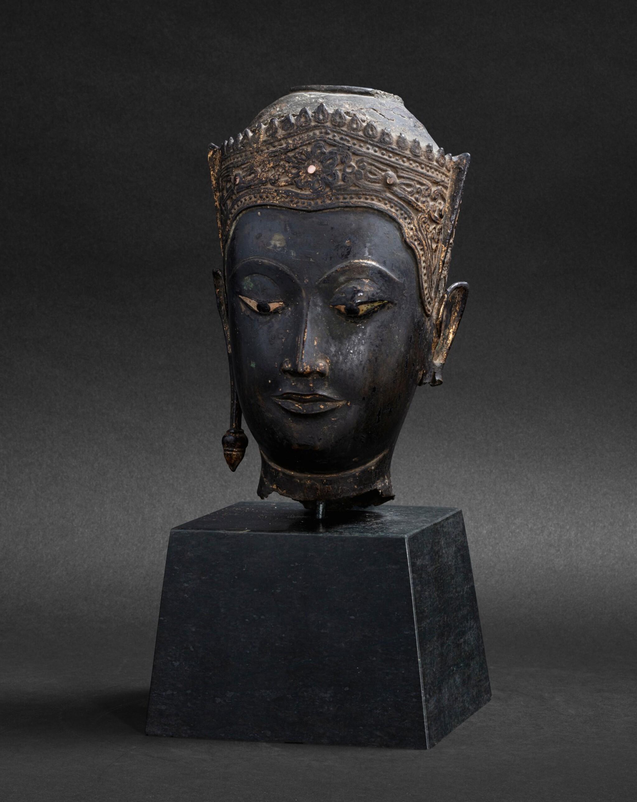View 1 of Lot 98. Tête en bronze doré Thaïlande, style Ayutthaya, XVIE-XVIIE siècle | 暹邏 十六至十七世紀 銅阿瑜陀耶式佛首 | A gilt-bronze head, Thailand, Ayutthaya style, 16th-17th century.