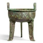 A RARE ARCHAIC BRONZE RITUAL FOOD VESSEL, DING SHANG DYNASTY, 12TH CENTURY BC | 商公元前十二世紀 青銅亞醜鼎 《亞醜》銘