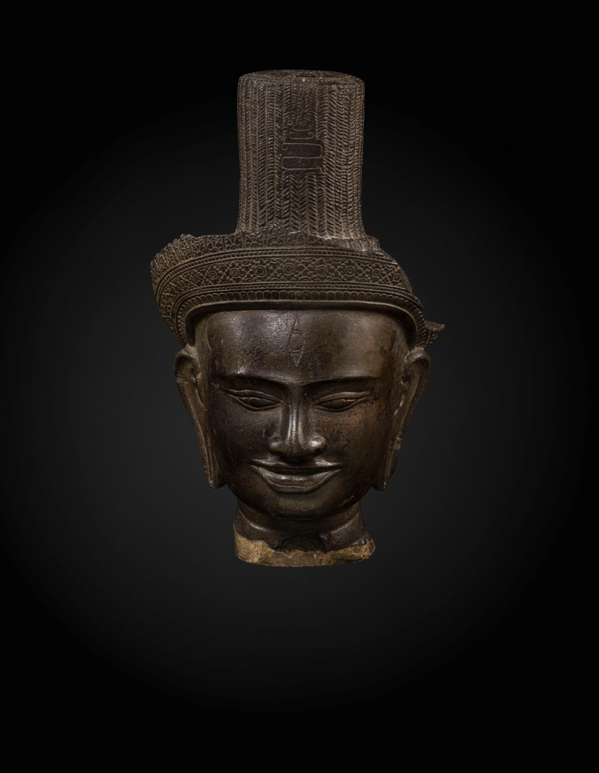 View full screen - View 1 of Lot 235. A sandstone head of a deity, probably Shiva Khmer, Banteay Srei style, late 10th century   高棉 十世紀晚期 班迭斯雷式砂岩雕或為濕婆首像.