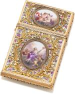 A MEISSEN PORCELAIN CARNET DE BAL, WITH TWO-COLOUR GOLD MOUNTS AND IVORY LEAVES, THE MOUNTS PROBABLY JOHANN CHRISTIAN NEUBER, DRESDEN, CIRCA 1765