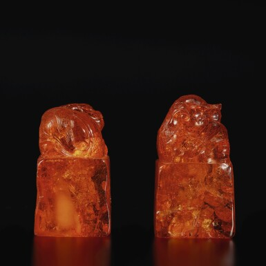 View 4. Thumbnail of Lot 179. A pair of amber 'Buddhist lion' seals, Qing dynasty, 18th century | 清十八世紀 琥珀雕瑞獸鈕印料一對.
