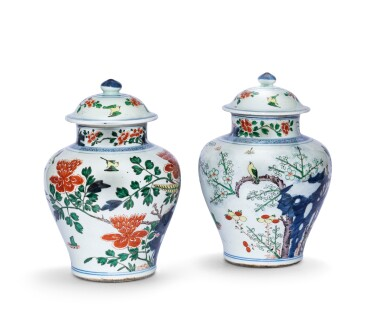 View 2. Thumbnail of Lot 157. Paire de vases couverts en porcelaine wucai Dynastie Qing, XIXE siècle | 清十九世紀 五彩花鳥紋將軍蓋罐一對 | A pair of wucai jars and covers, Qing Dynasty, 19th century.