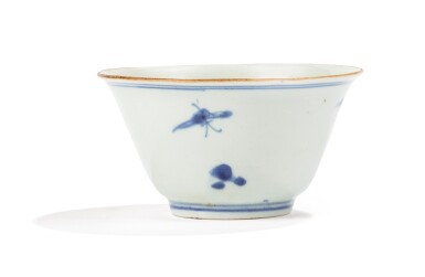 View 2. Thumbnail of Lot 1. RARE BOL EN PORCELAINE BLEU ET BLANC DYNASTIE QING, DATÉ 1666 |  清康熙 青花蝶戀花紋盃 《大清丙午年製》款 | A blue and white bowl, Qing Dynasty, dated 1666.