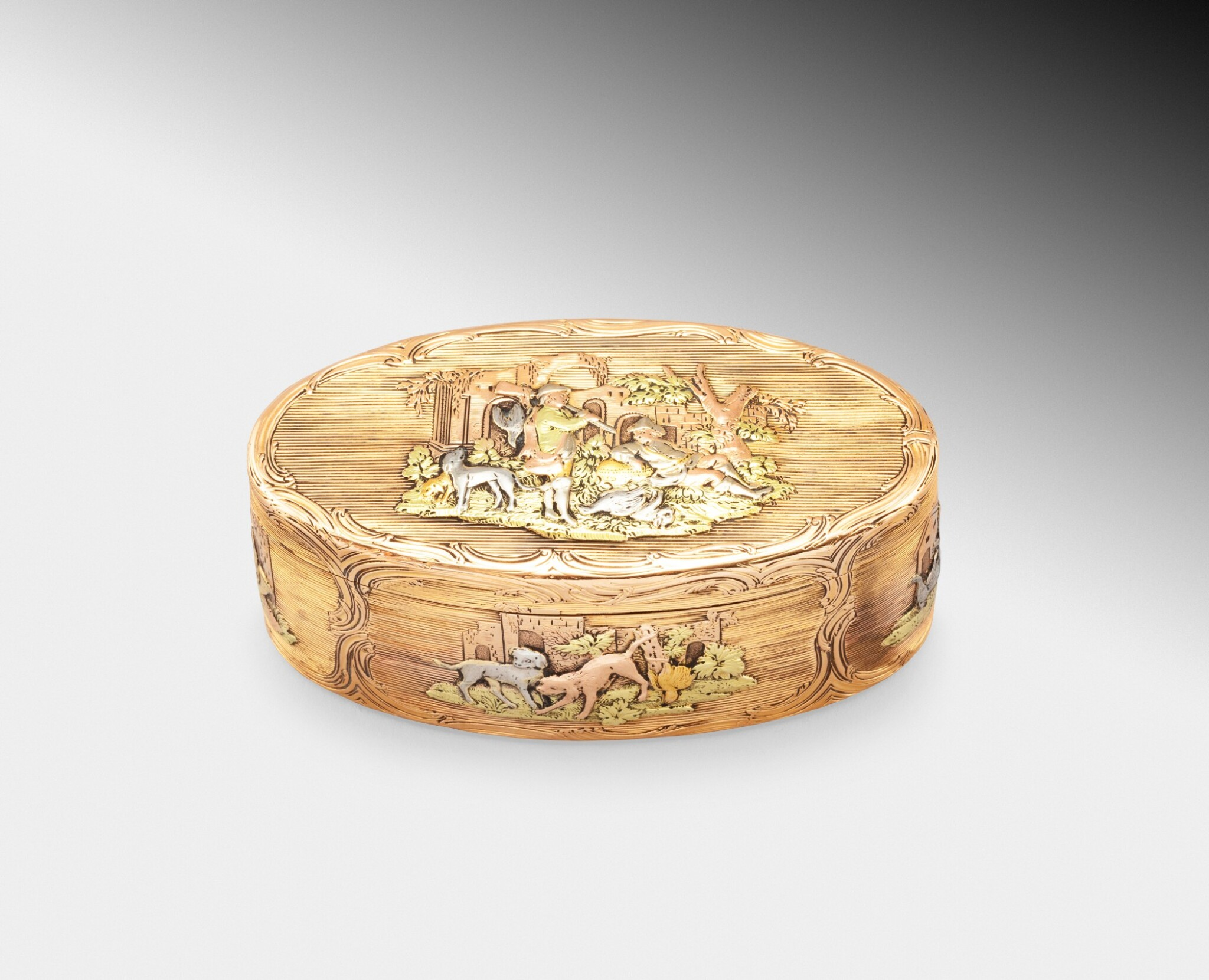 View full screen - View 1 of Lot 220. A probably German oval three-color gold box, probably Hanau, circa 1790   Boîte ovale en or de trois couleurs, probablement Hanau, vers 1790.