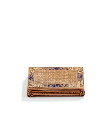 A RECTANGULAR FOUR-COLOUR GOLD AND ENAMEL SNUFF BOX, FRANCE, CIRCA 1840 | TABATIÈRE RECTANGULAIRE EN OR DE QUATRE COULEURS ET ÉMAIL, FRANCE, VERS 1840