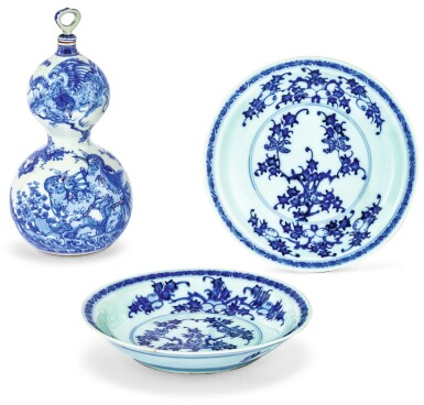 VASE BLEU BLANC DOUBLE GOURDE ET DEUX ASSIETTES EN PORCELAINE D'ARITA JAPON, ÉPOQUE MEIJI ET ÉPOQUE EDO | 日本 明治時代 青花瑞鳥圖葫蘆瓶《東洋軒平八製》款 及 江戸時代 有田焼青花花果圖盤一對 |A blue and white double gourd vase signed Tôyôken Heiachi sei, Japan, Meiji period and two Arita blue and white floral dishes, Japan, Edo period