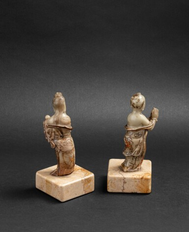View 2. Thumbnail of Lot 159. Deux petites figures d'adorants bouddhistes en stéatite Dynastie Qing, XVIIE-XVIIIE siècles | 清十七至十八世紀 壽山石雕人物立像兩尊 | Two finely carved and incised-gilt soapstone Buddhist acolytes, Qing Dynasty, 17th-18th century.