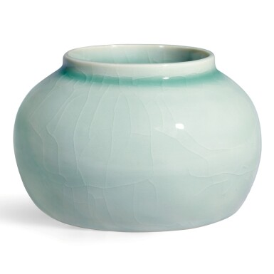 View 2. Thumbnail of Lot 19. AN EXCEPTIONALLY RARE JADEITE-GREEN GLAZEDJAR AND COVER MING DYNASTY, YONGLE PERIOD | 明永樂 翠青釉蓋罐.