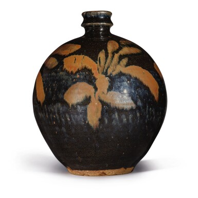 View 2. Thumbnail of Lot 106. A russet-painted black-glazed vase, Northern Song / Jin dynasty   北宋 / 金 黑釉鐵鏽花紋小口瓶.