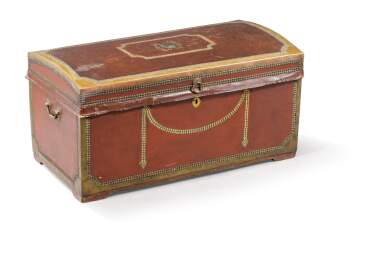 AN ANGLO-CHINESE LEATHER AND BRASS TRUNK, LATE 19TH CENTURY [COFFRE GAINÉ DE CUIR ET LAITON, TRAVAIL ANGLO-CHINOIS DE LA FIN DU XIXE SIÈCLE DESTINÉ À L'EXPORT]