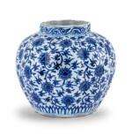 Vase lobé bleu blanc à décor de lotus Dynastie Ming, époque Jiajing   明嘉靖 青花纏枝蓮紋瓜棱式罐   A lobed blue and white 'lotus' vase, Ming Dynasty, Jiajing period