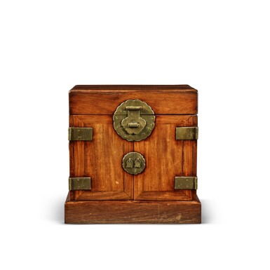View 1. Thumbnail of Lot 114. A large 'huanghuali' table-top cabinet (Guanpixiang), Qing dynasty, 18th / 19th century | 清十八 / 十九世紀 黃花梨大官皮箱.