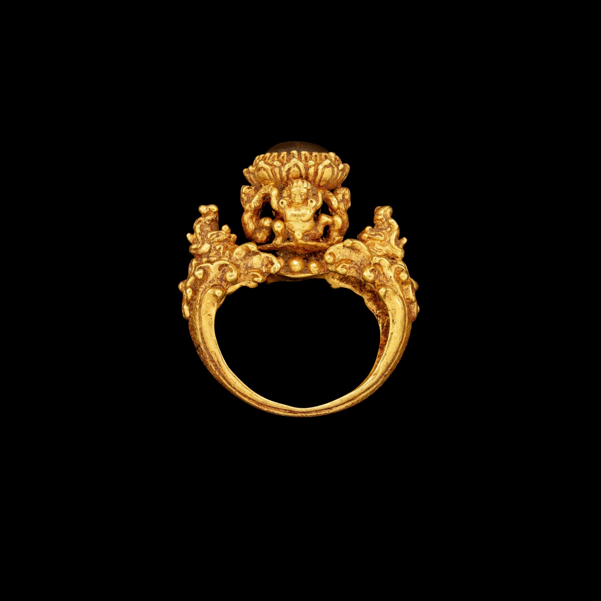 View full screen - View 1 of Lot 1015. A gold and agate 'Apsara and Makara' ring Khmer, Angkor period, 9th century | 九世紀 高棉吳哥王朝 金嵌瑪瑙飛天及摩羯紋戒指.