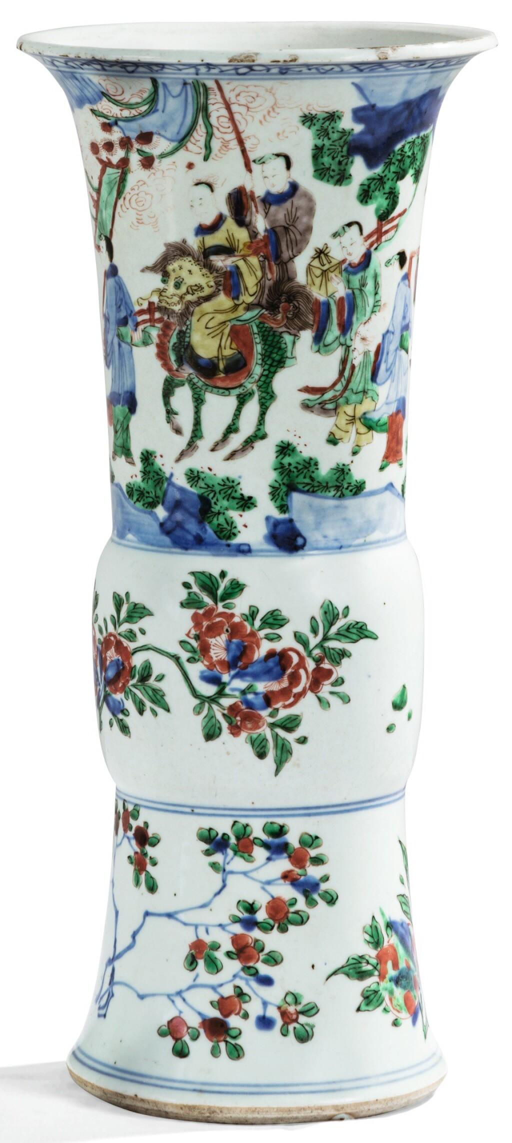VASE EN PORCELAINE WUCAI, YEN YEN EPOQUE TRANSITION, XVIIE SIÈCLE | 清十七世紀 五彩人物故事花觚 | A wucai beaker vase, Transitional period, 17th century