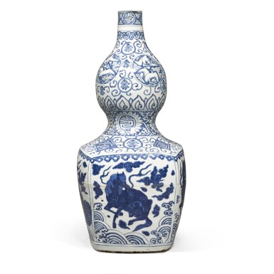 View 2. Thumbnail of Lot 84. A large blue and white 'double-gourd' vase, Ming dynasty, Jiajing period | 明嘉靖 青花瑞獸壽字紋大葫蘆瓶.