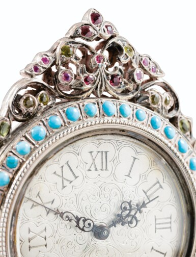View 4. Thumbnail of Lot 64. SMALL TABLE CLOCK IN SILVER AND VERMEIL, PROBABLY ITALY, 20TH CENTURY | PETITE PENDULE DE TABLE EN ARGENT ET VERMEIL, PROBABLEMENT ITALIE, XXÈME SIECLE.