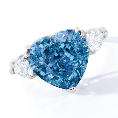 View 2. Thumbnail of Lot 1806. A SUPERB FANCY VIVID BLUE DIAMOND AND DIAMOND RING  5.04卡拉 心形 艷彩藍色 VS2淨度 鑽石 配 鑽石 戒指.