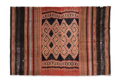 View 4. Thumbnail of Lot 17. Tissu cérémoniel porisityutu, Toraja / Rongkong, Célèbes, Indonésie, début du 20e siècle | Ceremonial hanging shroud porisityutu, Toraja / Rongkong, Sulawesi, Indonesia, early 20th century.