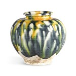 A RARE BLUE, AMBER AND STRAW-SPLASHED JAR, TANG DYNASTY |  唐 三彩加藍罐